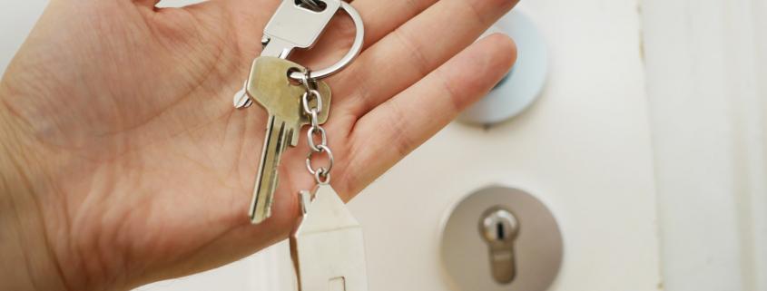 Ingin Membeli Rumah Melalui Developer? Simak Serba-Serbi Keuntungannya Untuk meningkatkan pembelian rumah dan properti, banyak kemudahan yang ditawarkan saat ini. Mulai dari banyaknya pilihan jenis rumah, bentuk bangunan, lokasi, sistem pembayaran, dan juga proses pembuatan rumah. Semua pilihan tersebut dapat memudahkan Anda untuk memiliki sebuah rumah impian. Banyaknya perumahan yang dibangun oleh berbagai developer dapat menjadi salah satu pilihan yang dapat Anda pertimbangkan. Meskipun terlihat memiliki berbagai keuntungan, namun ada beberapa hal yang harus diperhatikan agar anda tak mengalami kerugian. Agar lebih paham, kami akan memberikan informasi mengenai serba-serbi membangun rumah dengan menggunakan jasa developer. Keuntungan membeli rumah dari pengembang/developer 1. Lebih mudah Dengan membeli rumah dari developer Anda tidak perlu mencari semua keperluan yang berhubungan dengan proses pembanguan rumah, seperti tanah, arsitek, kontraktor, bahan bangunan, dan lain sebagainya. Hal ini dikarenakan semua keperluan sudah disediakan oleh developer. Anda hanya perlu memilih rumah mana yang Anda inginkan dan juga sesuai dengan dana yang dimiliki. Jika ada ketidaksesuaian, Anda hanya perlu mencari developer lain yang sesuai dengan keinginan. 2. Dilengkapi dengan berbagai fasilitas Kawasan perumahan yang dibangun oleh developer biasanya akan dilengkapi dengan berbagai fasilitas tambahan. Fasilitas ini dapat Anda gunakan secara gratis tanpa biaya tambahan. Hal ini tentu saja berbeda jika Anda membangun rumah sendiri. Anda akan dikenakan biaya jika menggunakan berbagai fasilitas tambahan tersebut. 3. Kerjasama dengan berbagai pihak Developer yang baik pasti memiliki kerjasama dengan berbagai macam pihak, salah satunya adalah bank. Dengan berbagai kerjasama tersebut tentunya Anda akan diberikan kemudahan untuk mengurus berbagai keperluan ketika akan membeli rumah. Contohnya adalah pengajuan KPR dengan uang muka yang ringan. 4. Tidak ada tambahan pengeluaran Ketika memb